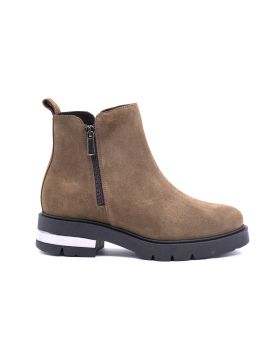 Woman suede ankle boot with zip