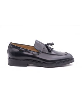 Man's moccasin in shiny leather
